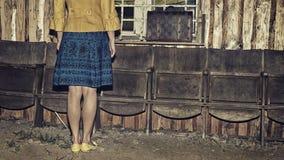 Девушка и ретро винтажный чемодан, концепция перемещения, изменение и концепция движения, темное настроение Стоковые Изображения