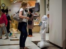 Девушка и робот Стоковые Изображения RF