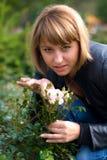 Девушка и розы Beautyful Стоковое Изображение RF