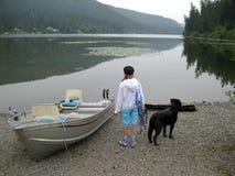 Девушка и собака готовые для того чтобы пойти гребля стоковое фото rf
