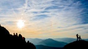 Девушка и собака na górze горы Стоковое Изображение RF