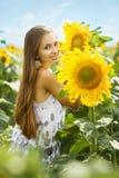 Девушка и солнцецветы Стоковые Изображения RF