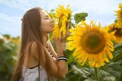 Девушка и солнцецветы Стоковые Фотографии RF