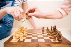 Девушка и старшая женщина играя шахмат Стоковое Изображение RF