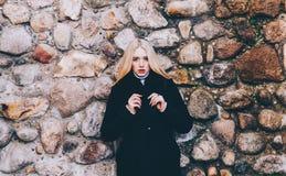 Девушка и стена Стоковые Фото