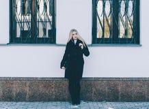 Девушка и стена Стоковая Фотография