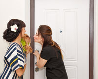 Девушка и терьер говорят до свидания к гостю Стоковая Фотография RF