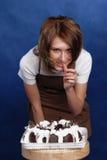 Девушка и торт стоковая фотография rf