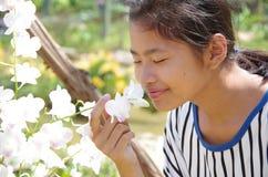 Девушка и цветок стоковые изображения rf