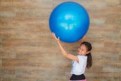 Девушка и шарик стоковое изображение rf