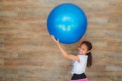 Девушка и шарик стоковые изображения
