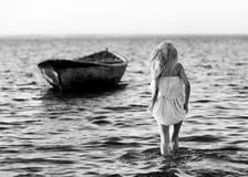Девушка и шлюпка стоковые изображения