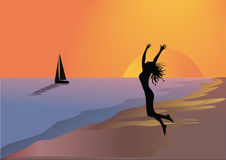 Девушка и шлюпка на пляже на заходе солнца Стоковое Изображение RF