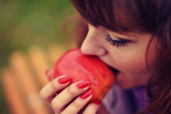 Девушка и яблоко стоковая фотография rf