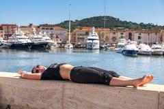 Девушка и яхты на побережье St Tropez стоковая фотография