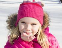 Девушка идя в лес зимы Стоковые Изображения