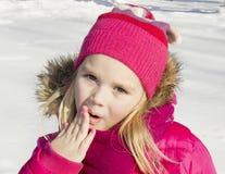 Девушка идя в лес зимы Стоковая Фотография RF