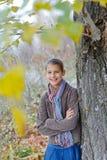 Девушка идя в парк осени Стоковая Фотография RF