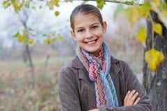 Девушка идя в парк осени Стоковые Изображения RF