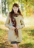 Девушка идя в парк осени Стоковые Изображения