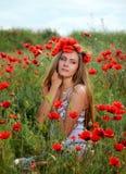 Девушка идя в поле мака Стоковые Изображения RF