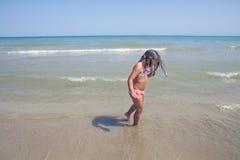 Девушка идя в пляж Стоковые Изображения RF