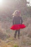 Девушка идя в сельскую местность Стоковые Изображения RF