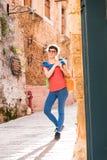 Девушка идя в старый городок Стоковая Фотография RF