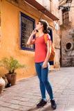 Девушка идя в старый городок Стоковое Изображение