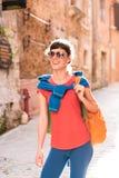 Девушка идя в старый городок Стоковые Изображения RF