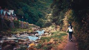 Девушка идя в ущелье Глена Lyn Стоковое Изображение