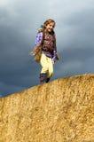 Девушка идя на большие связки сена Стоковая Фотография RF