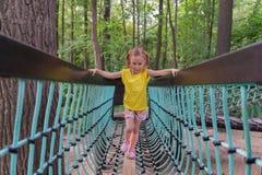 Девушка идя на мост Стоковые Фото