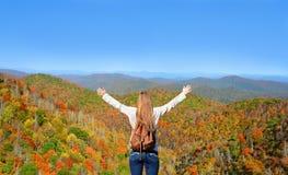Девушка идя на дорогу, красивый день осени Стоковые Изображения