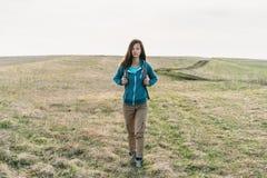 Девушка идя на поле Стоковое Фото