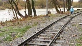 Девушка идя на следы поезда от школы акции видеоматериалы