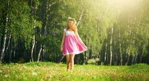 Девушка идя на лужок Стоковые Изображения RF
