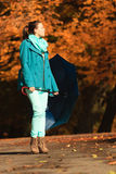 Девушка идя с голубым зонтиком в осеннем парке Стоковые Фото