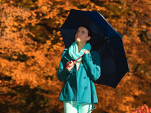 Девушка идя с голубым зонтиком в осеннем парке Стоковое Фото
