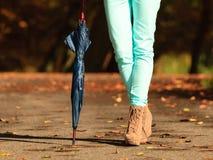 Девушка идя с зонтиком в осеннем парке Стоковая Фотография