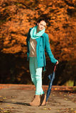 Девушка идя с зонтиком в осеннем парке Стоковые Изображения