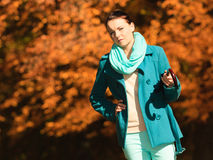 Девушка идя с зонтиком в осеннем парке Стоковая Фотография RF