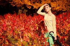 Девушка идя с зонтиком в осеннем парке Стоковое Изображение RF