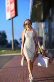 Девушка идя с хозяйственными сумками Концепция покупок женщины Покупатель сбывания Стоковое Изображение RF