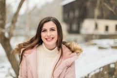 Девушка кавказской средней школы старшая снаружи во время зимы Стоковое Изображение