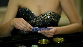 Девушка казино играя покер держит ваши карточки сток-видео