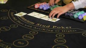 Девушка казино играя покер Конец-вверх акции видеоматериалы