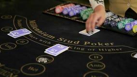 Девушка казино играя покер Конец-вверх видеоматериал