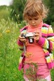 девушка камеры меньшее напольное фото Стоковые Изображения RF