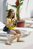 девушка камеры проверяя Стоковые Изображения